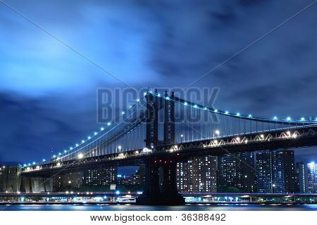 Manhattan Bridge und die Skyline bei Nacht, New York City