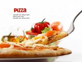Oberste Pizza gehoben Segment mit Thunfisch und Paprika isolated over white Background.
