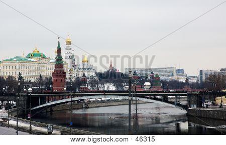 Frühling-Snapshot des Moskauer Kreml, Kreml Embankment, Moskwa und der Kremlmauer mit spa