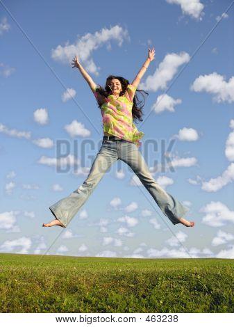 Mädchen mit Haar auf Sky 2 springen