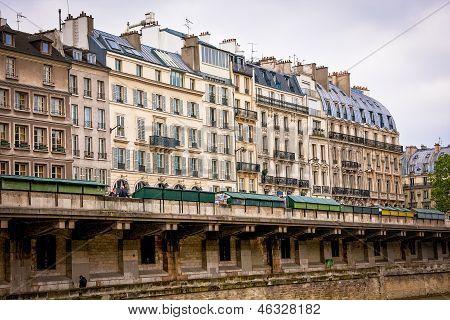 Horizontal image of Parisian buildings