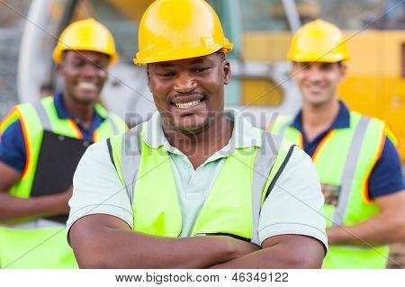 lächelnd afrikanischen Bauarbeiter mit Kollegen