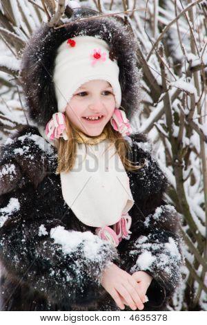 kleine Mädchen auf dem Schnee