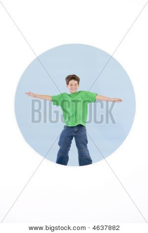 Young Boy standing mit Waffen aus lächelnd