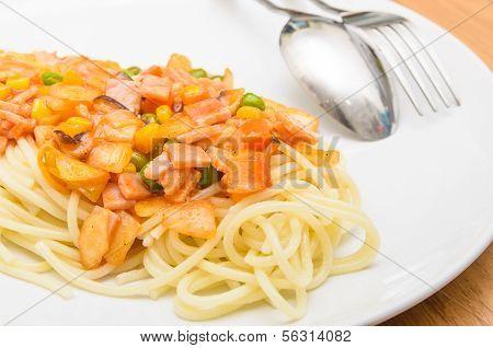 Spaghetti chili sauce with pork sausage and vegetables