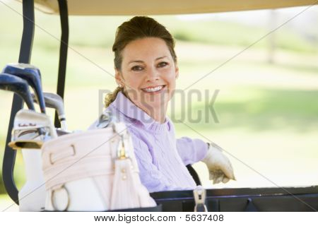 Retrato de mulher sentada em um carrinho de golfe