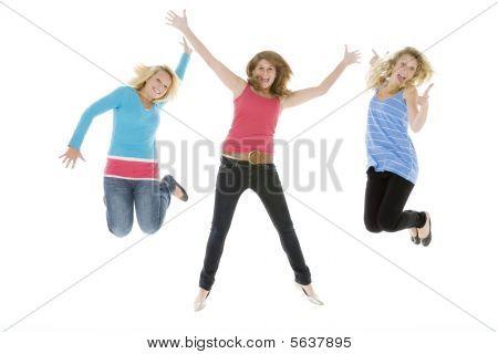 Teenager in die Luft springen