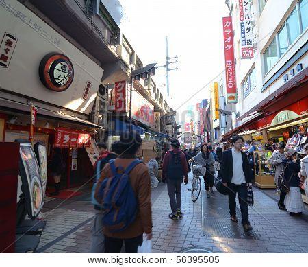 Tóquio, Japão - 22 de novembro: Arcada de Ameyoko mercado distrito Ueno