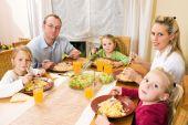 Постер, плакат: Семья вместе с едой
