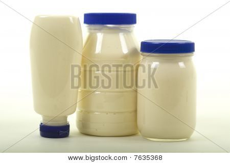 Três diferentes frascos com maionese