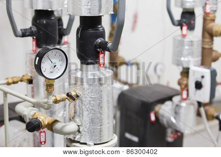 Manometer and pipelines of heating system