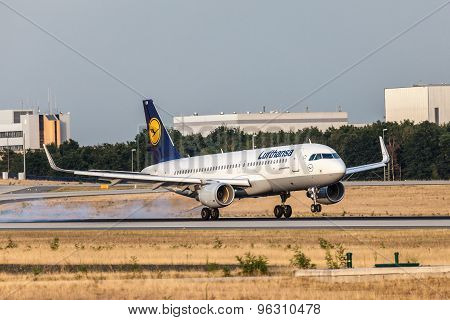 Lufthansa Airbus A320-200 Touchdown In Frankfurt Main