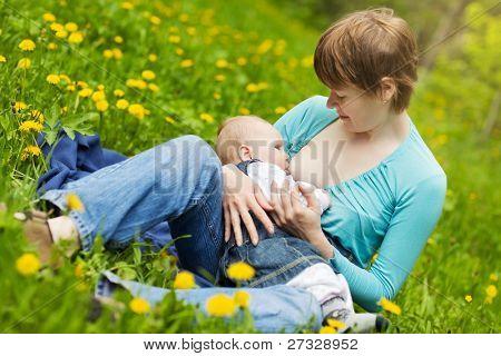 Weinig baby meisje borstvoeding buiten