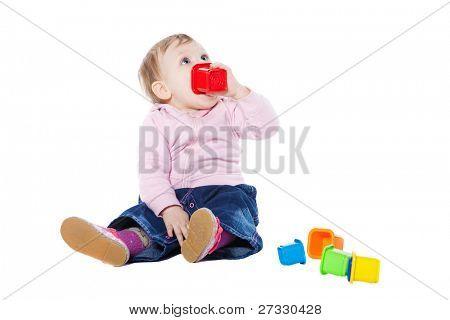 Happy Baby Girl sitting on Stock mit Spielzeug spielen