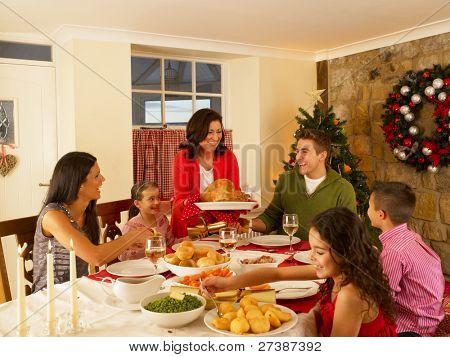 Hispanische Familie servieren Weihnachtsessen