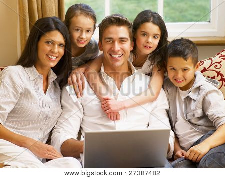Hispanische Familie online-shopping