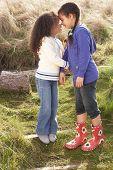 Постер, плакат: Молодые девушки играть в поле вместе