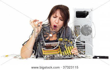 Frau, die versucht, die Lösung auf der Hauptplatine des Computers zu finden
