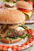 Постер, плакат: Вкусный чизбургер с грибами и цуккини