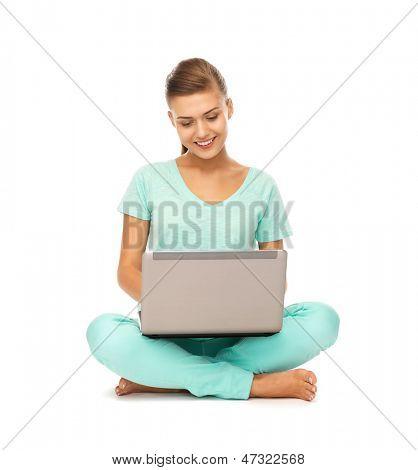 Bild von jungen Mädchen sitzen auf dem Boden mit laptop
