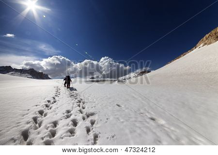 Dos excursionistas en la meseta de la nieve.