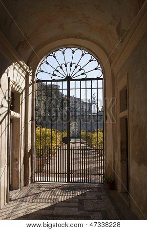 Puerta cerrada al final de un túnel en un antiguo castillo de rumano, Italia