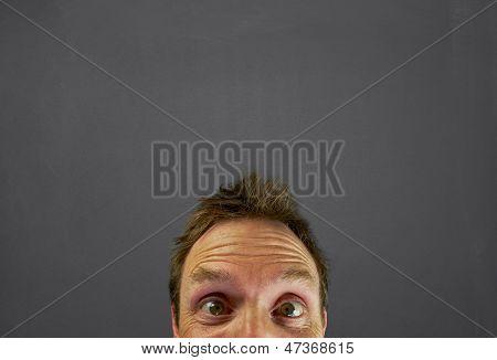 Mans cabeza enfrente de pizarra