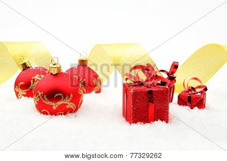 Red Christmas Gifts,baubles Golden Ribbon On Snow