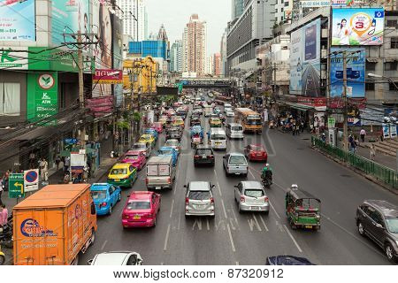 BANGKOK, THAILAND, JANUARY 12, 2015: View on the busy Phetchaburi road in the Ratchathewi district in Bangkok, Thailand.