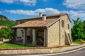 picture of farmhouse  - a Tuscan farmhouse in Italy - JPG
