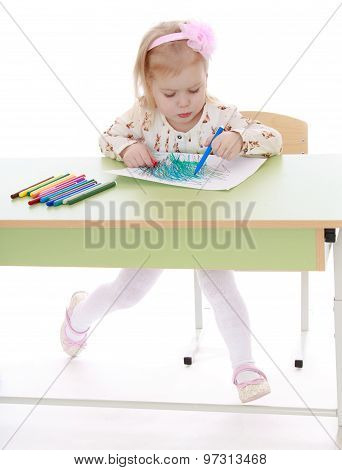 Girl paints a felt-tip pen