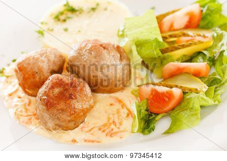 meat balls with mashed potatoes and vegetables