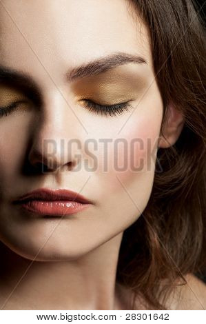 close up Portrait of young beautiful Woman mit geschlossenen Augen mit stilvollen Make up