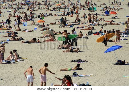 überfüllten Strand im Sommer bei Surfern