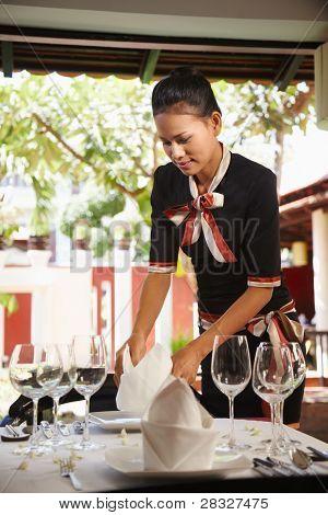 Tabla asiático camarera en restaurante