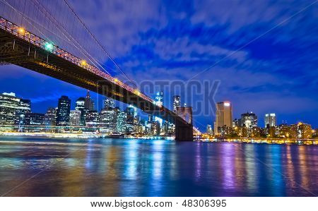 Zicht op de Brooklyn Bridge en Downtown Manhattan van over de East RIver.