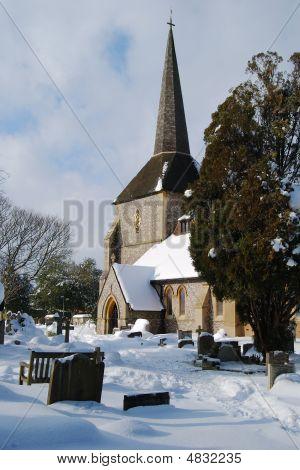 Todos los Santos iglesia en nieve en Banstead, surrey, Inglaterra