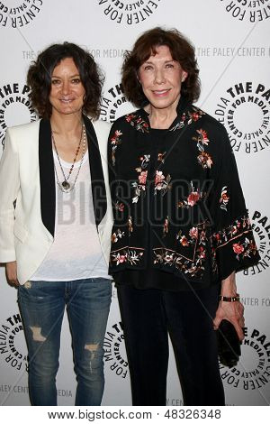 LOS ANGELES - JUL 16: Sara Gilbert, kommt Lily Tomlin in