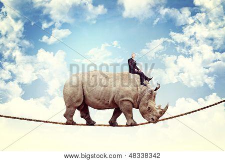 empresario paseo rhino en cuerda