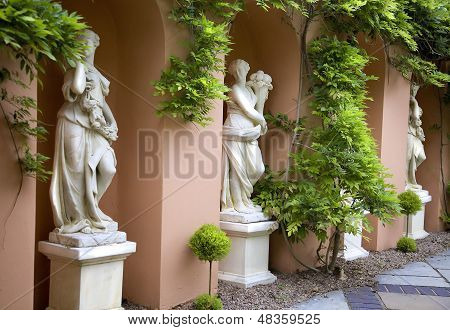 Alabastrina estátuas de mulheres em um jardim