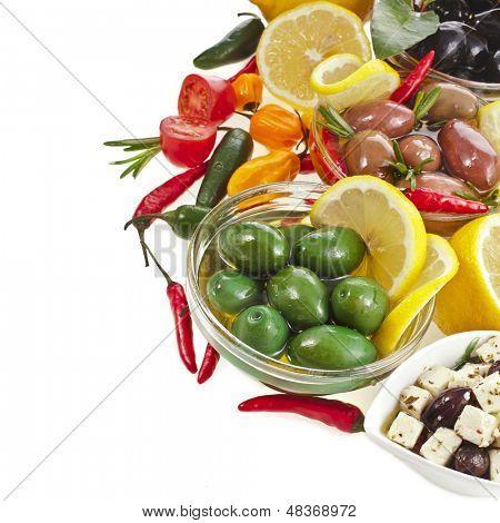 Grenze Oliven Schale mit Gemüse, Kräuter, Gewürze, die isoliert auf weißem Hintergrund