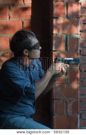 bewaffneten Agenten über Backstein Hintergrund