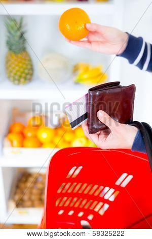 woman buying fruit in the market and paid with credit card