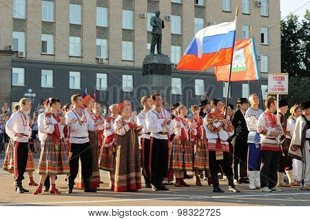 Orel, Russia, August 4, 2015: Orlovskaya Mozaika Folk Festival, Men And Women In Traditional Slavoni