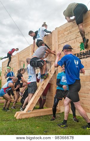 Teams storm wall in extrim race. Bastion stage