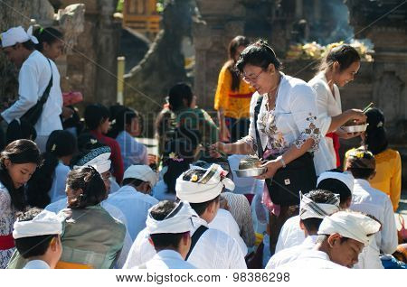 People praying in Turta Empul temple