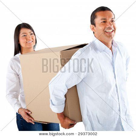 Casal de embalagem em caixas para mover a casa - isolada sobre um fundo branco