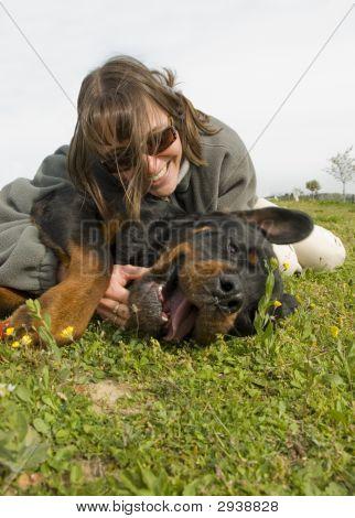 Perro y niña sonriente