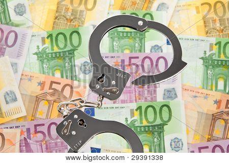 Muitas notas de euro com algemas. crime de colarinho-símbolo de foto