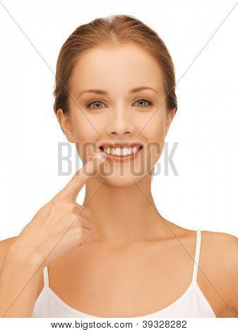 Foto de mulher bonita, apontando para os dentes